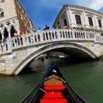 イタリアの水の都ヴェネツィアで船に乗って移動するVR動画